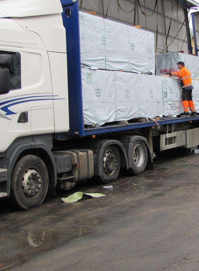 トレーラートラックで製材品を積出港まで輸送
