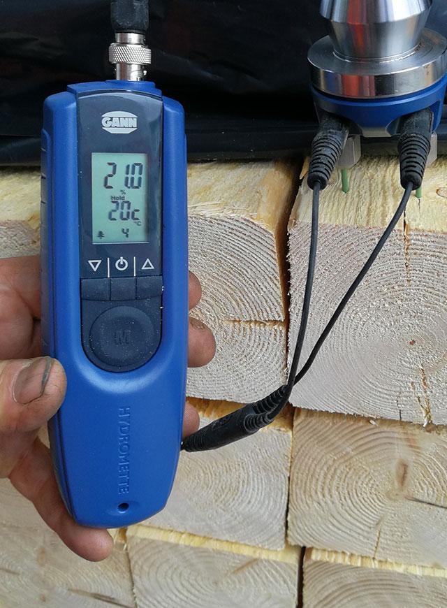 エジプト向け足場用角材の湿度検査
